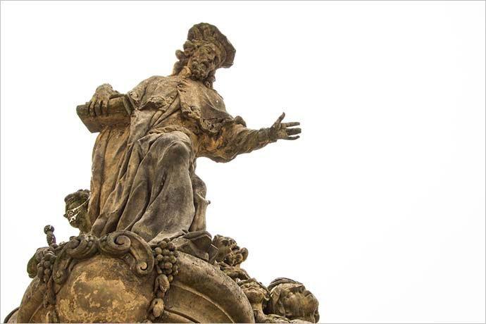 Puente de Carlos: estatua de San Ivo.