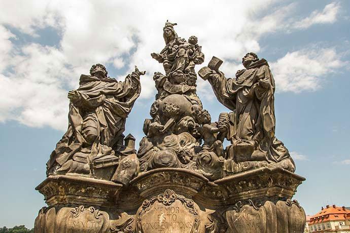 Puente de Carlos: estatua de Madonna, Santo Domingo de Guzmán y Santo Tomás de Aquino.